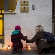 Madre e figlia acendono una candela davanti all'Ambasciata belga a Budapest