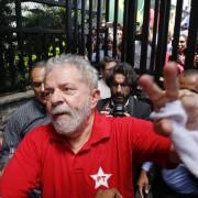 Luiz Inacio Lula da Silva davanti alla sua abitazione