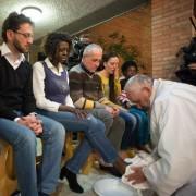 Papa Francesco lava i piedi