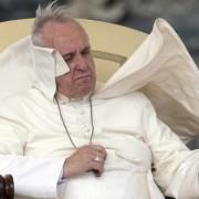 Il vento soffia su papa Francesco