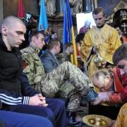 Preti greco-cattolici ucraini lavano e baciano i piedi di un militare governativo ferito