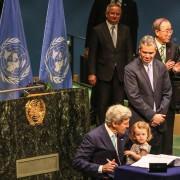 John Kerry firma gli Accordi diParigi