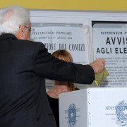 Mattarella vota al referendum