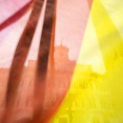 Una bandiera arcobaleno davanti Montecitorio durante il voto sulle unioni civili alla Camera, Roma, 11/5/2016 (ANSA/Angelo Carconi)