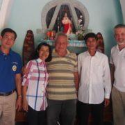 P. Rino Venturin (al centro) e p. Stefan Tertünte con alcuni cristiani del Vietnam
