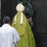 Il cardinale Vallini chiude porta santa Laterano