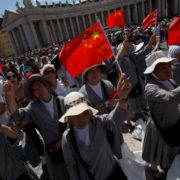 Suore con bandiera cinese