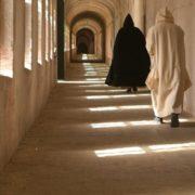 monaci nel chiostro