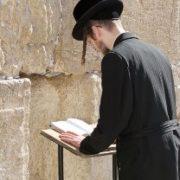 Ragazzo ebreo in preghiera