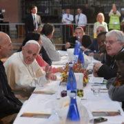 pranzo con i poveri in una chiesa