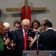 trump in preghiera