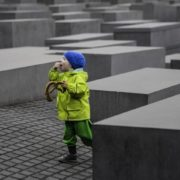 Un bambino davanti al Memoriale per gli Ebrei assassinati d'Europa, a Berlino [© Sascha Kohlmann / CC BY-SA 2.0]
