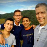 padre Carlos Luis Suárez Codorniu, superiore generale dei dehoniani, con i giovani di Caracas